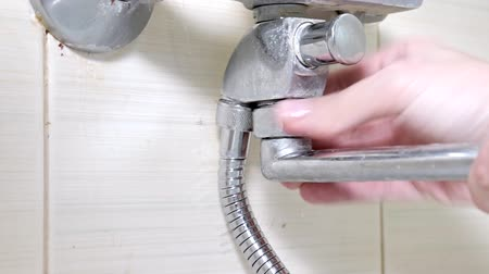 sıkmak : Bathtub faucet reparing, tightening the nut on a shower water tap, plumbing repairs and DIY concept