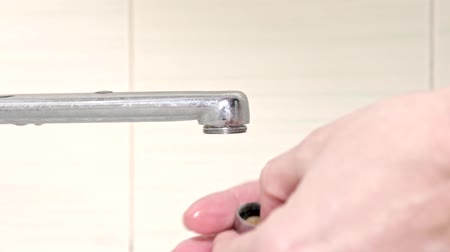 zkorodované : Woman handyman replace tap aerator, hands of a plumber close-up Dostupné videozáznamy