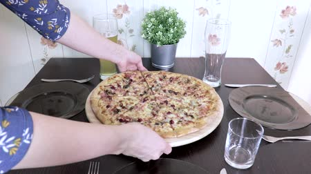 garçonete : Woman setting up the table at home for family dinner or lunch and put, serve fresh italian pizza on it Vídeos