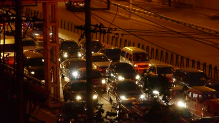 fék : Many cars on overpass,traffic jam at night.