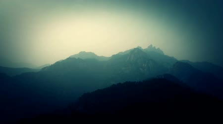 alpinista : looking around layers of mountains. Stock Footage