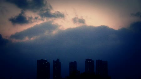 marco internacional : Dark clouds cover sky at evening,building high-rise,House silhouette. Stock Footage