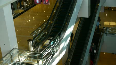butik : elevator in the shopping malls scene,modern city environment. Stok Video