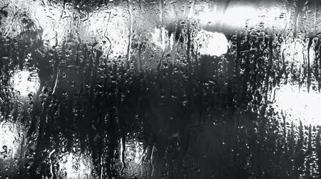 chuva : Water droplets on windows,Grilles,ice,Water vapor.