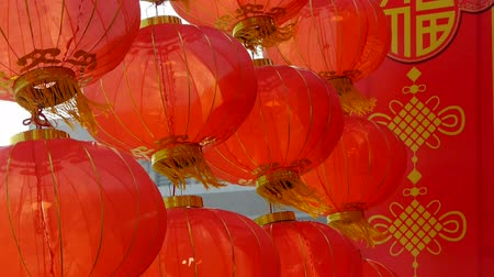 Пекин : Red lanterns tassel swaying in wind,elements of East,china new year.