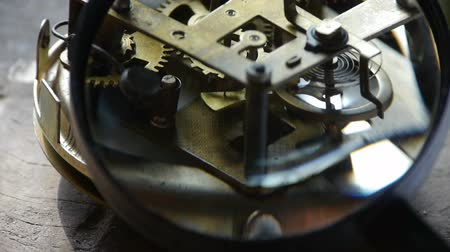 maquinaria : Magnifying glass to enlarge internal structure of Watch,bearings,gears.