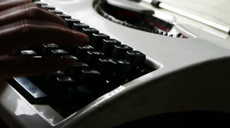 maszyna do pisania : Hands typing on a typewriter. Wideo