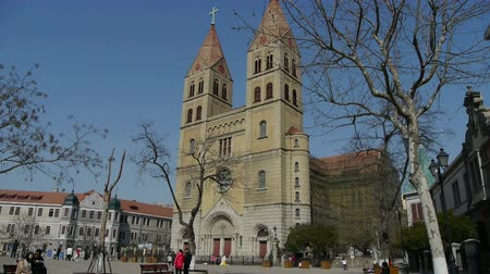 europeu : Panoramic of Qingdao Catholic Church Square & tree.