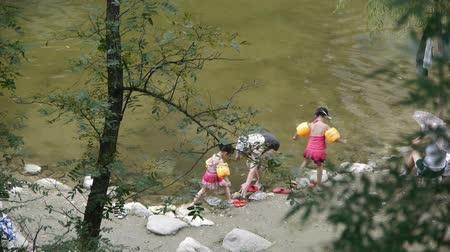 nu : People swimming in lake,mother teach children to swim. Vídeos