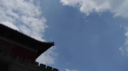 tapınaklar : Great Wall & stone battlement,ancient DaiMiao city gate.altocumulus Cloud. Stok Video
