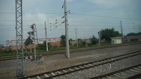 зелень : Speeding train travel,scenery outside window.train-station. Стоковые видеозаписи
