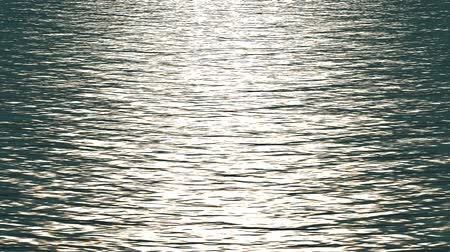 su üzerinde ufuk : white light reflecting on ocean.