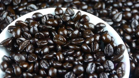 xícara de café : coffee grains in white cup saucer close up,top view.