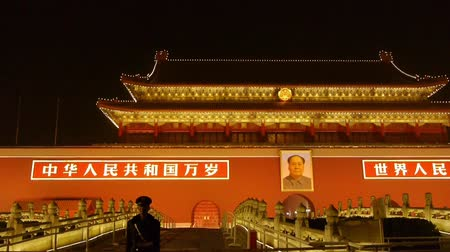 охранять : police stand guard in front of Tiananmen Beijing China,Forbidden City.