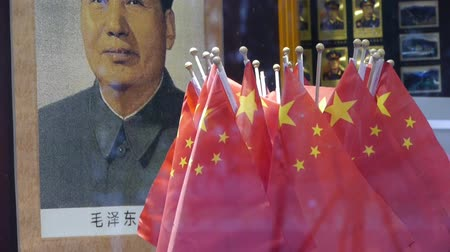 elnök : Portrait of Mao Zedong & china national-flag in store showcase.