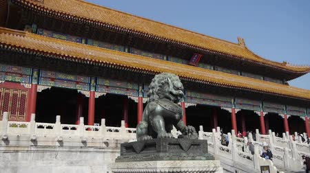 licorne : lion de bronze en face de la Cité Interdite, l'architecture antique royal de la Chine. Vidéos Libres De Droits