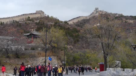 saçak : visitor climbing Great Wall on mountain peak,China ancient architecture,fortress.
