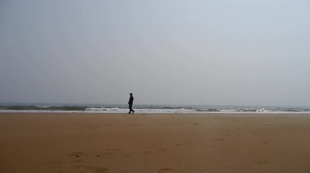 depressão : a depression man alone walking on seaside. Stock Footage