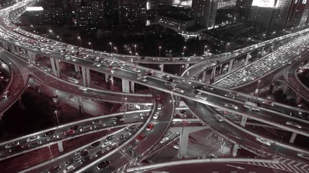 encruzilhada : Aerial View of freeway busy city rush hour heavy traffic jam highway,shanghai Yanan East Road Overpass interchange,driving racing by with streaking lights trail ,time lapse.