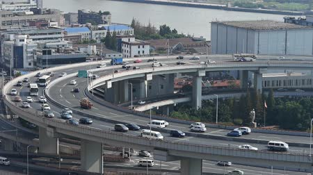 křivky : time lapse,closeup of  freeway busy city rush hour heavy traffic jam highway Shanghai china,nanpu overpass interchange,Shanghai Skyline,Crowded Street.