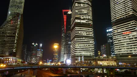 křivky : time lapse,the light trails of city traffic & people silhouette on the modern building background in shanghai china.   Dostupné videozáznamy