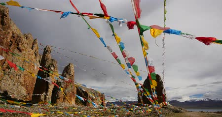 meditação : 4k Prayer flags at the lake namtso in tibet,ancient holy monk meditation in cave,ZhaXi Peninsula,tibet mansarovar,Tibets second largest lake,is the third largest saltwater lake in China.Danggula(Tanggula) Mountains in xizang Plateau,roof of the Worl Vídeos
