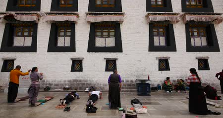 hacı : 4k Pilgrims Praying In Front Of The Jokhang Temple In Lhasa,Tibet.