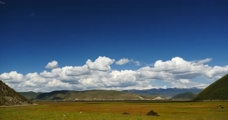 shangri la : 4k clouds mass rolling over mountains in Shangri-La yunnan,china.Napahai Wetland. Stock Footage