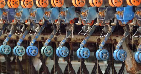 příze : 4k A spinning machine collect the silk threads in reeling machine & textile-machine in operation.