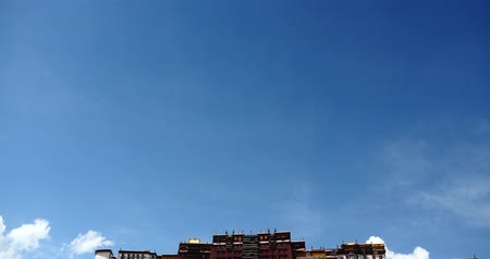 egemenlik : Potala in Lhasa, Tibet, white puffy cloud mass in the blue sky. Stok Video
