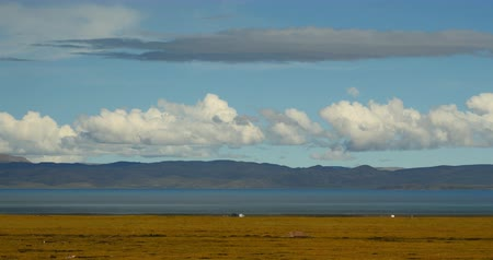 невозделанный : huge clouds mass rolling over lake namtso,tibet mansarovar,Tibets second largest lake,is the third largest saltwater lake in China.DanggulaTanggula Mountains in xizang Plateau,roof of the World.