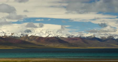 doruk : huge clouds mass rolling over lake namtso & Tanggula snow mountain peak,tibet mansarovar Stok Video