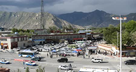 пагода : Lhasa traffic,Tibet.dark clouds rolling mountains. Стоковые видеозаписи