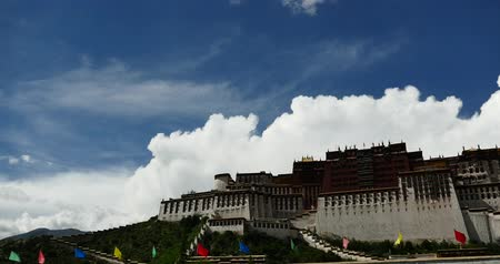 sziámi : Potala in Lhasa,Tibet,white puffy cloud mass in the blue sky.