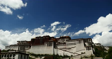 sziámi : 4k Potala in Lhasa,Tibet,time lapse white puffy cloud mass in the blue sky.