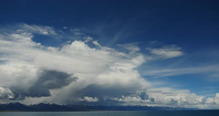 невозделанный : 4k time lapse of huge clouds mass rolling over lake namtso & Tanggula snow mountain peak,tibet mansarovar,Tibets second largest lake,is the third largest saltwater lake in China.Danggula(Tanggula) Mountains in xizang Plateau,roof of the World. Стоковые видеозаписи