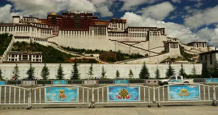 sziámi : 4k busy traffic & crowd in front of potala in lhasa,tibet.