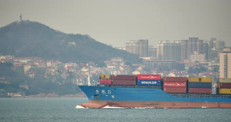 vracht schip : 4k Cargo Container Ships Through The Qingdao Harbo, Moder stedelijke gebouw, china.