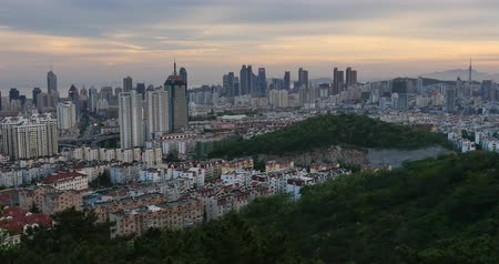 életmód : 4k urban city in dusk,busy traffic jams & business building,QingDao,china. Stock mozgókép