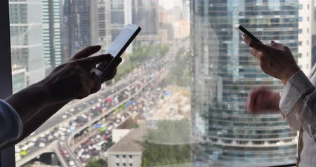 portátil : 4k,woman browse the website on smartphone with business building & urban traffic background. Stock Footage