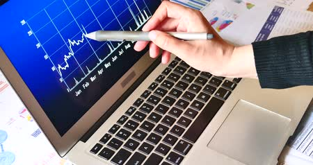 benefício : Businessman working on the tablet with diagrams,use pen touch change finance market trend data chart on computer screen,business analysis report document on table,corporate Profit report,Financial figures and diagrams showing increasing profits. Stock Footage