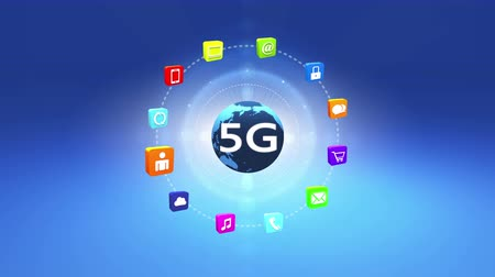 sturen : 4k 5G-symbool, virtueel internetconcept met stralen licht, roterende aarde, on-line diensten gadgets pictogrammen-discussie, sociale media, e-mail, e-shop, cloud computing, muziek, smartphone, kaart, slot. Stockvideo