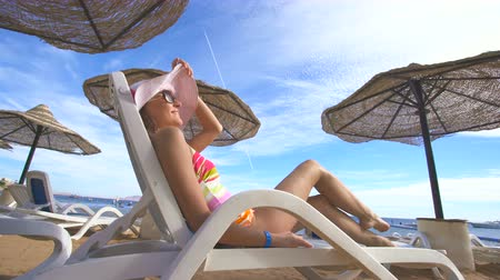 napágy : The woman in a swimsuit lay on the sunbed. Wide angle