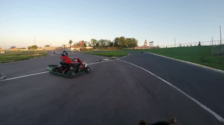 gidip : man drives go kart on track unroll Stok Video