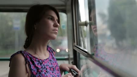 автобус : Woman riding in a bus and looking in window