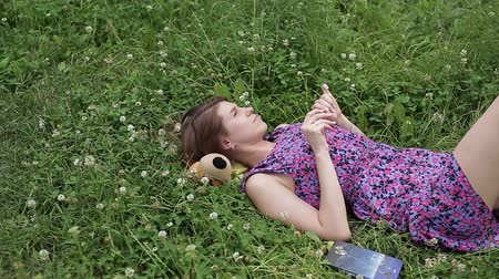 lefekvés : beautiful girl lying down of grass Stock mozgókép