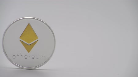 waarde : 4K Physical metal silver Ethereum currency on white background. New worldwide virtual internet money. Digital Etherum coin cyberspace, cryptocurrency ETH. Good investment future of online payment-Dan