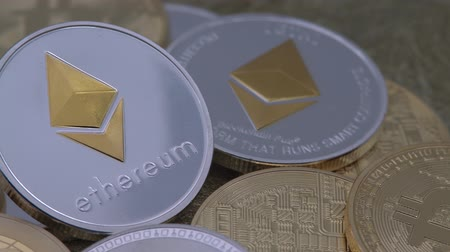 dançarinos : 4K Physical metal silver Ethereum currency rotating over others coins. Worldwide virtual internet money. Digital Etherum coin cyberspace, cryptocurrency ETH. Good investment future online-Dan