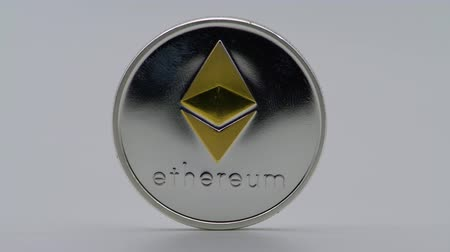 dançarinos : 4K Physical metal silver Ethereum currency on white background. New worldwide virtual internet money. Digital Etherum coin cyberspace, cryptocurrency ETH. Good investment future of online payment-Dan
