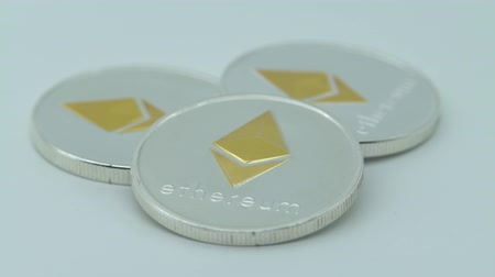 brilhando : 4K Physical metal silver Ethereum currency on white background. New worldwide virtual internet money. Digital Etherum coin cyberspace, cryptocurrency ETH. Good investment future of online payment-Dan
